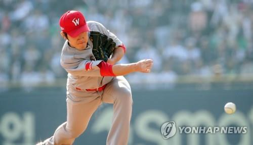 Park Jong-hoon of the SK Wyverns throws a pitch against the Doosan Bears in Game 1 of the Korean Series at Jamsil Stadium in Seoul on Nov. 5, 2018. (Yonhap)