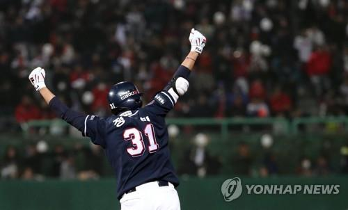 Jung Soo-bin of the Doosan Bears celebrates his two-run home run off Angel Sanchez of the SK Wyverns in the top of the eighth inning of Game 4 of the Korean Series at SK Happy Dream Park in Incheon, 40 kilometers west of Seoul, on Nov. 9, 2018. (Yonhap)