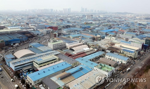 This file photo shows factories at an industry complex in South Korea. (Yonhap)