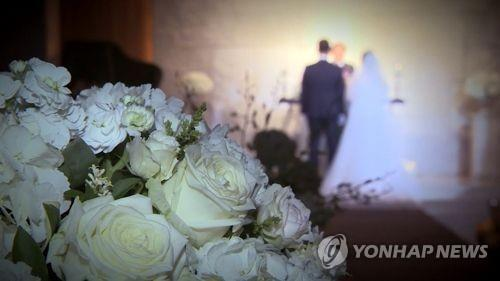 (Yonhap Feature) For Koreans, cash wedding gifts are stressful but inescapable