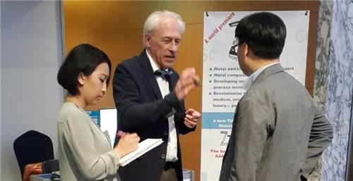 Jean-Jacques Fouchet (au centre) avec un visiteur lors des French Tech Days à l'hôtel InterContinental Seoul COEX, le 30 mai 2016