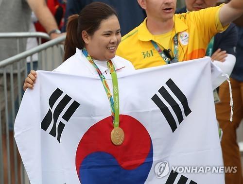Park In-bee exhibe le drapeau national sud-coréen après avoir survolé le tournoi de golf féminin des Jeux olympiques de Rio, le samedi 20 août.