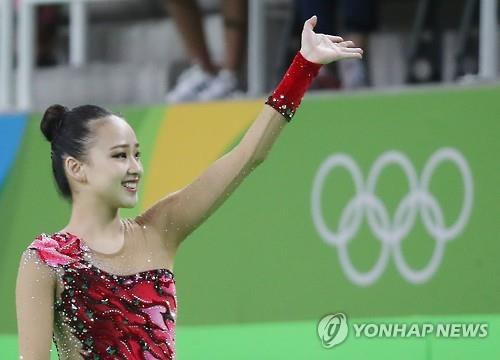 Son Yeon-jae salue des spectateurs de l'Arène olympique de Rio lors de la finale du concours général en individuel de gymnastique rythmique, le samedi 20 août 2016.