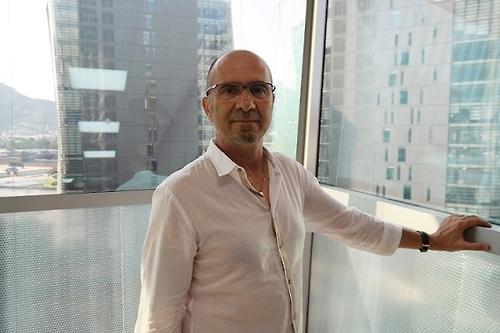 Avant l'interview accordée à Yonhap le 12 septembre 2016, Gilles Ghersi pose devant la caméra.