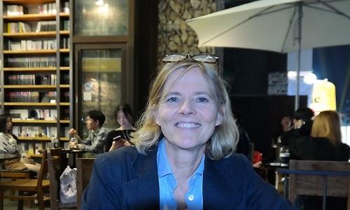 Florence Aubenas, l'auteur du livre «Quai de Ouistreham», à Séoul lors d'une interview accordée à Yonhap le soir du 1er octobre 2016.