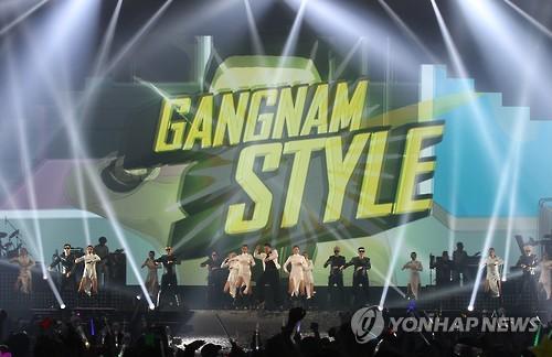 Un concert nuit blanche de Psy, le rappeur de «Gangnam Style» en 2015 (AP=Yonhap, Photo d'archives)