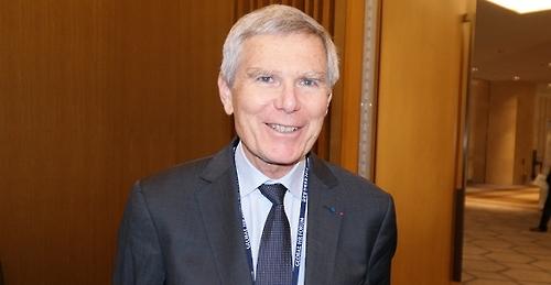 Le président de l'Ecole Polytechnique Jacques Biot pose devant la caméra avant l'interview accordée à l'agence Yonhap, le 2 novembre 2016.