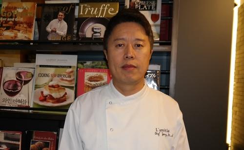 Le chef propriétaire du restaurant français étroilé L'amitié dans le guide rouge Michelin Séoul 2017, Jang Myoung-sik, le 18 novembre 2016
