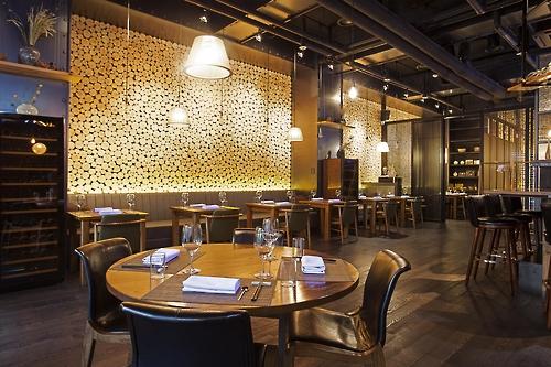 La salle du restaurant coréen contemporain Mingles ⓒ Mingles