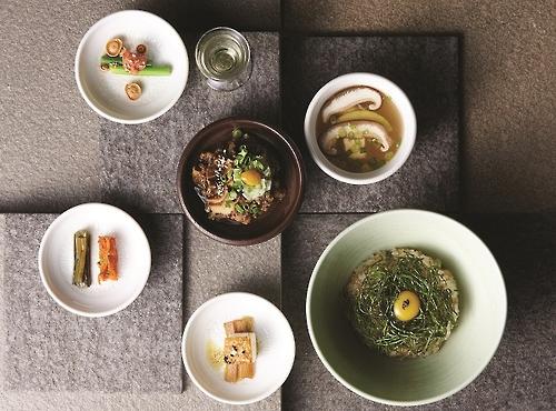 Un repas complet traditionnel composé d'un bol de riz au radis émincé bouilli, d'une soupe et de mets variés ⓒ Mingles