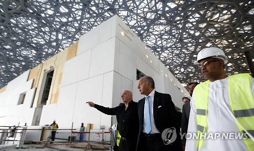 Laurent Fabius (au centre), alors ministre des Affaires étrangères, visite le chantier du musée du Louvre Abu Dhabi, le 18 janvier 2016. Ce musée a été conçu par l'architecte français Jean Nouvel (AFP=Yonhap)