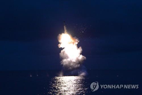 Cette photo prise par l'Agence centrale de presse nord-coréenne (KCNA) le 25 août 2016 montre un missile balistique tiré depuis un sous-marin en Corée du Nord.  (Utilisation en Corée du Sud uniquement et redistribution interdite) (Photo d'archives Yonhap)