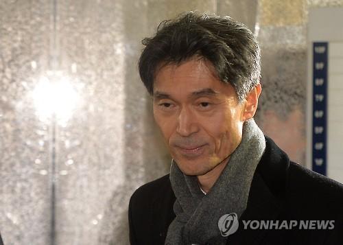 L'ambassadeur de Corée du Sud en France, Mo Chul-min, à son arrivée au bureau de l'équipe d'investigation indépendante dans le sud de Séoul le 29 décembre 2016.
