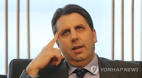 L'ambassadeur américain en Corée du Sud, Mark Lippert, au siège de l'agence de presse Yonhap, dans le centre de Séoul, pour une interview accordée à Yonhap News TV, la chaîne d'information du câble de Yonhap