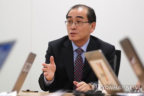 L'ancien numéro deux de l'ambassade de Corée du Nord au Royaume-Uni Thae Yong-ho accorde une interview à l'agence de presse Yonhap et à la chaîne d'information en continu Yonhap News TV