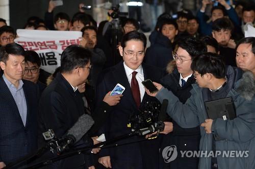 Le vice-PDG de Samsung Electronics Co. Lee Jae-yong arrive au bureau du procureur indépendant ce jeudi 12 janvier 2017.