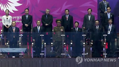 Hwang Pyong-so (troisième depuis la gauche au premier rang), Choe Ryong-hae et Kim Yang-gon à la cérémonie de clôture des Jeux asiatiques d'Incheon en 2014 (EPA=Yonhap, Photo d'archives)