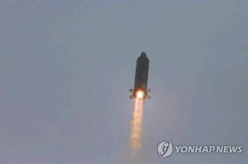 Image d'un décollage de missile balistique nord-coréen Musudan, ou Hwasong-10, dévoilée le 23 juin 2016 par le quotidien officiel nord-coréen Rodong Sinmun (Photo d'archives, Utilisation en Corée du Sud uniquement et redistribution interdite)