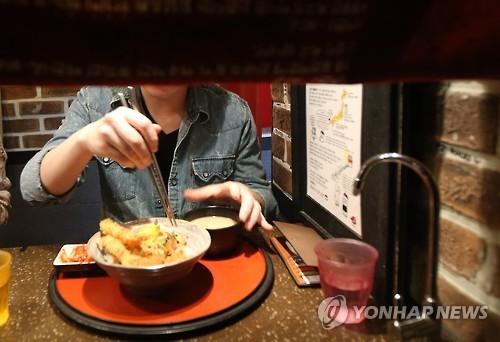 Un client d'un restaurant japonais du quartier de Shinchon à Séoul déjeune en solo en mars 2016 (Photo d'archives)