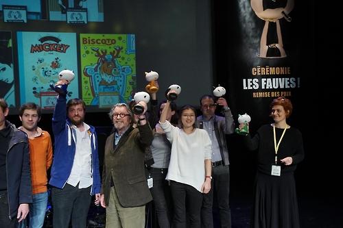 Ancco (chemise blanche au premier rang) porte le Prix Révélation lors du 44e Festival de la bande dessinée d'Angoulême en France (KOMACON=Yonhap)