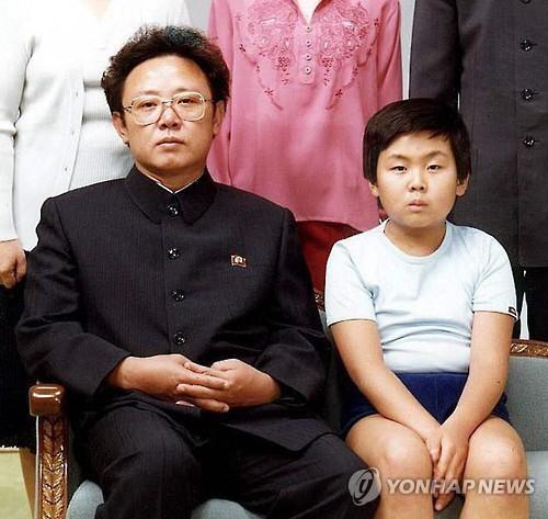 Le défunt leader nord-coréen Kim Jong-il (à gauche) et son fils aîné Kim Jong-nam. La photo a été prise en août 1981 à Pyongyang (Woman Joins=Yonhap)