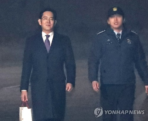 Lee Jae-yong quitte le centre de détention de Séoul le 19 janvier 2017 après que la Cour centrale du district de Séoul a rejetté la demande de mandat d'arrêt à son encontre (Photo d'archives Yonhap)