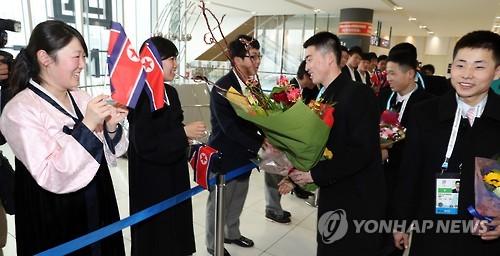 Les athlètes nord-coréens arrivent ce vendredi 17 février 2017 à l'aéroport de Shin-Chitose à Sapporo pour participer aux Jeux asiatiques d'hiver 2017.