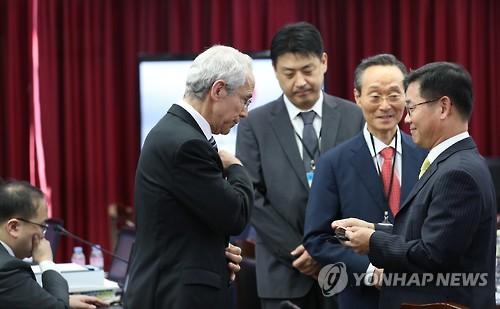 Le vice-président exécutif de Qualcomm Don Rosenberg (à gauche), à la session plénière de la Commission de la concurrence tenue le 28 décembre 2016 à Sejong, ville admnistrative où se trouve le siège de la FTC. (Photo d'archives)