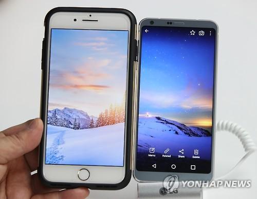 Comparaison de la taille des écrans de l'iPhone 7 plus d'Apple et du LG G6 lors d'un évènement de présentation du G6 au MWC à Barcelone le 26 février 2017