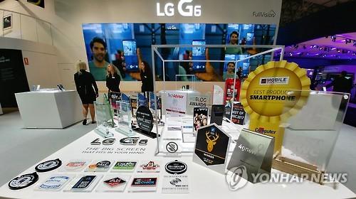 Les 31 prix reçus pour le smartphone LG G6 au Mobile World Congress de Barcelone, présentés au stand du fabricant sud-coréen