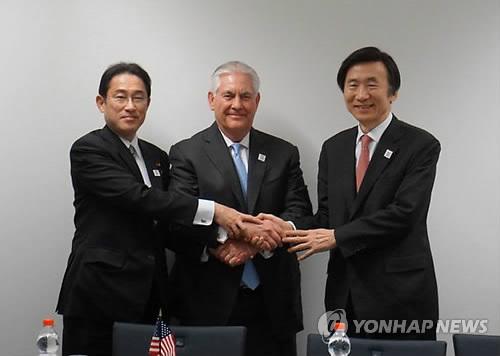 Chefs des diplomaties sud-coréenne, américiane et japonaise, Yun Byung-se, Rex Tillerson et Fumio Kishida (de la droite vers la gauche) (Photo d'archives Yonhap)