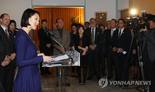 Fleur Pellerin, grand témoin de la francophonie aux JO d'hiver de PyeongChang, intervient à la cérémonie de signature de la Convention sur l'usage et la promotion de la langue française avec le Comité d'organisation des JO d'hiver de PyeongChang 2018, à la résidence de l'ambassadeur français à Séoul, le 13 mars 2017.