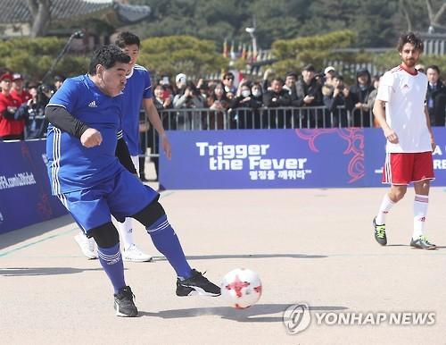 Dans un petit match de football à 5 contre 5, un évènement précédant le tirage au sort de la Coupe du monde U-20 2017 en Corée du Sud, le footballeur argentin légendaire Diego Maradona tire dans le ballon, le 14 mars 2017