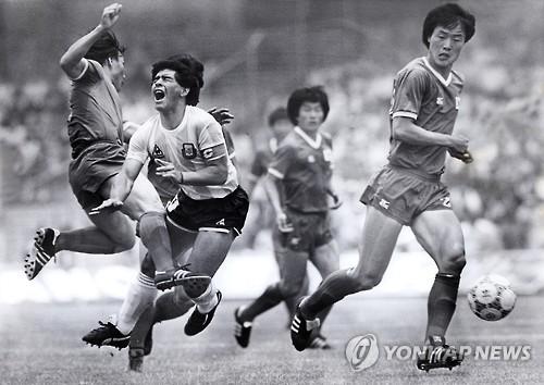 Le défenseur de l'équipe sud-coréenne Huh Jung-moo fait un tacle sur l'attaquant argentin Diego Maradona lors d'un match de la Coupe du monde au Mexique en 1986. C'est avec cette action que Huh a obtenu le surnom de footballeur taekwondoïste. (Photo d'archives)