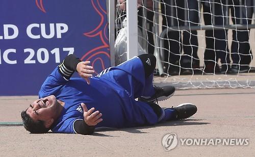 Diego Maradona tombe lors d'un petit match à 5 contre 5, un évènement préliminaire du tirage au sort de la Coupe du monde U-20 2017 en Corée du Sud, à Suwon, au sud de Séoul, ce mardi 14 mars 2017