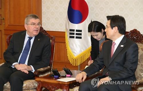 Le Premier ministre et président par intérim Hwang Kyo-ahn (à droite) discute avec le président du Comité international olympique Thomas Bach le 14 mars 2017 à Séoul.