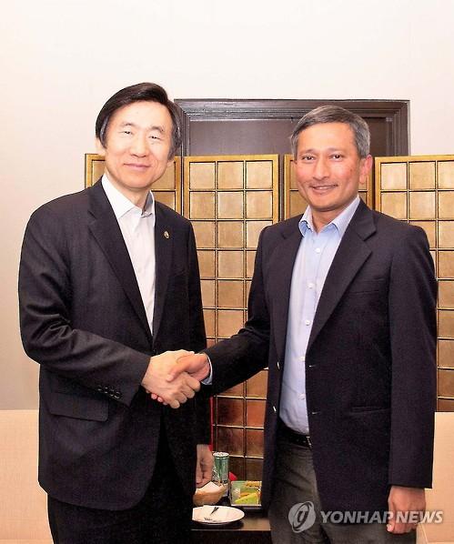 Le ministre des Affaires étrangères Yun Byung-se échange une poignée de main avec son homologue singapourien Vivian Balakrishnan