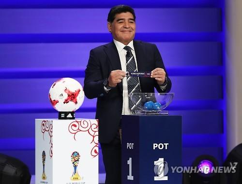 Le footballeur argentin Diego Maradona a effectué le tirage au sort pour l'équipe sud-coréenne à la Coupe du Monde U-20 de la Fifa en Corée du Sud 2017 à Suwon, le 15 mars 2017.