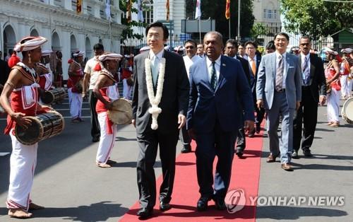 Le chef de la diplomatie de la Corée du Sud, Yun Byung-se, accueilli par son homologue sri-lankais, Mangala Samaraweera, avant leur réunion bilatérale le 15 mars 2017 ⓒ Ministère des Affaires étrangères de Séoul