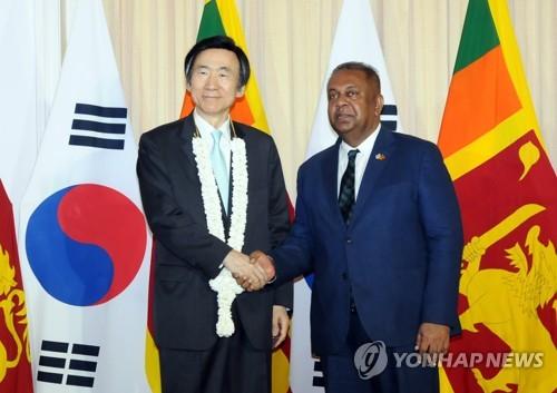 Yun Byung-se, ministre sud-coréen des Affaires étrangères, et son homologue sri-lankais, Mangala Samaraweera se serrent la main avant leur réunion bilatérale à Colombo, au Sri Lanka, le 15 mars 2017 ⓒ Ministère des Affaires étrangères de Séoul