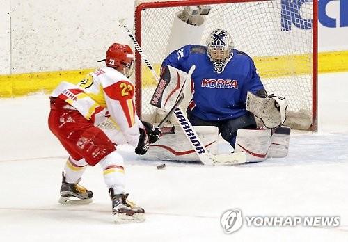 La gardienne sud-coréenne Shin So-jung bloque un tir d'une attaquante chinoise aux Jeux asiatiques d'hiver au Japon le 24 février 2017.
