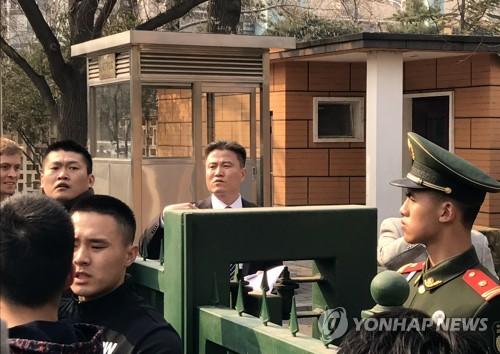 Le personnel de l'ambassade nord-coréenne en Chine interdit l'accès des journalistes sud-coréens à la conférence de presse du 16 mars 2017.