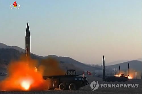 Des missiles balistiques sont tirés simultanément depuis Tongchang-ri, en Corée du Nord, le 6 mars 2017 (Photo d&apos;archives Yonhap)</p><p>(Utilisation en Corée du Sud uniquement et redistribution interdite)