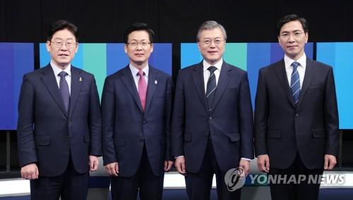 De gauche à droite : Lee Jae-myung, Choi Sung, Moon Jae-in et An Hee-jung.
