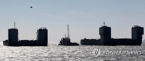 Les deux barges de Shanghai Salvage sont en position au large de l'île de Jindo, au passage maritime appelé Maengol (tigre féroce), le 15 mars 2017. (Photo d'archives)