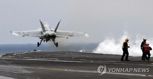 Un chasseur F/A-18 décolle depuis le pont du porte-avions américain USS Carl Vinson, le 14 mars 2017, dans les eaux proches de la péninsule coréenne.