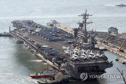 Les marins à bord du porte-avions américain USS Carl Vinson se préparent à arriver à la base navale de Busan, en Corée du Sud, le 15 mars 2017.