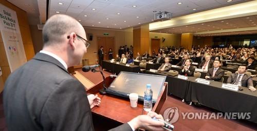 Le chef adjoint de la division Santé d'IBM, Andrew Norden, intervient devant des professionnels lors du Korea International Medical Clinical Laboratories and Hospital Equipment Show (KIMES) 2017 au COEX à Séoul (du 16 au 19 mars 2017) ⓒ Agence coréenne de promotion du commerce et de l'investissement (KOTRA).