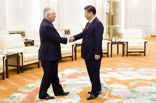 Le président chinois Xi Jinping reçoit le secrétaire d'Etat américain Rex Tillerson au Palais de l'Assemblée du Peuple à Pékin le 19 mars 2017. (EPA=Yonhap)