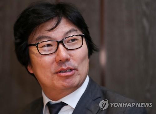 Le secrétaire d'Etat français chargé de la Réforme de l'Etat et de la Simplification à son arrivée en Corée du Sud le 8 novembre 2016.